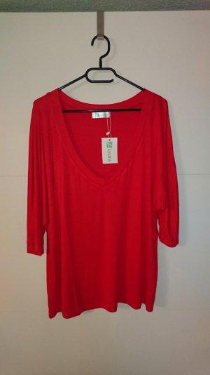 Rotes Shirt mit V- Ausschnitt