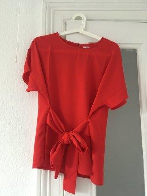 Rotes Shirt, ungetragen