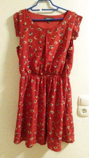 Rotes Sommerkleid mit Blumenmuster