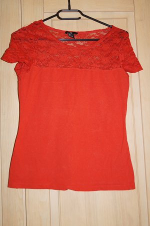 rotes T-Shirt mit Spitze