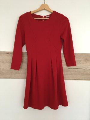 Rotes tailliertes Kleid
