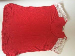 Rotes Tshirt mit Spitze an den Schultern