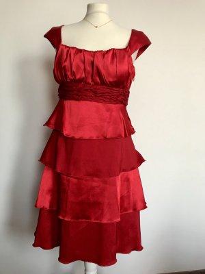Rotes Volantkleid mit Stola und Clutch