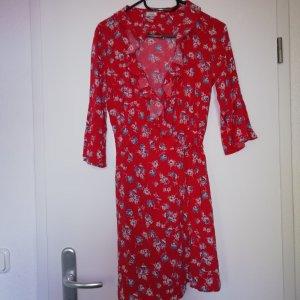 rotes Wickelkleid mit Blumen Mustern