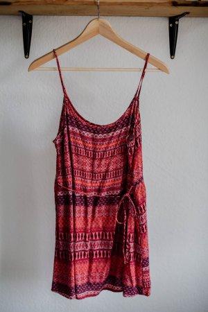 Rotgemustertes kurzes Sommerkleid