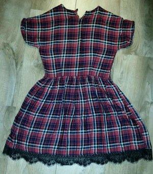 Rotkariertes Kleid