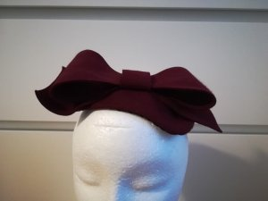 Royal Ascot Hut VINTAGE Fascinator Bordeaux dunkles Rot mit opulenter Schleife