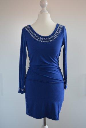 royalblaues Kleid mit silbernen Perlen