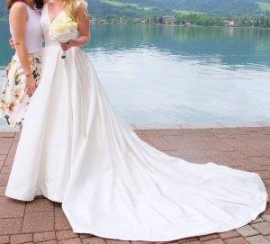 Royales einizgartiges Hochzeitskleid mit langer Schleppe