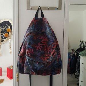 Rucksack mit bunten Hanfblätter