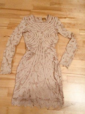 Rückenfreies Kleid aus Spitze in nude