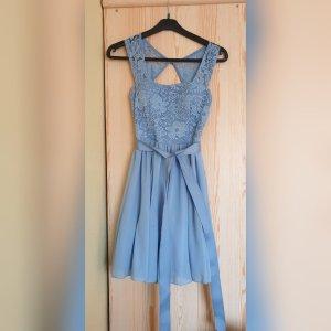 Rückenfreies Kleid mit Spitze