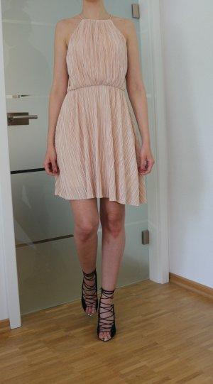 Rückenfreies plissiertes Kleid in puderrosa