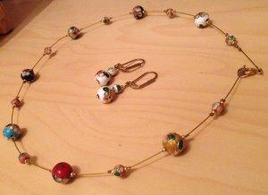 Runde Perlenkette mit passenden Ohrringen