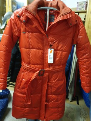 Abrigo de plumón rojo claro