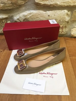 Salvatore Ferragamo - Feminine Ballerinas in Carré-Form (NP 530 EUR)