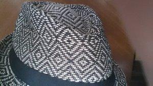 sand-schwarzer Strohhut gemustert mit schwarzem Band
