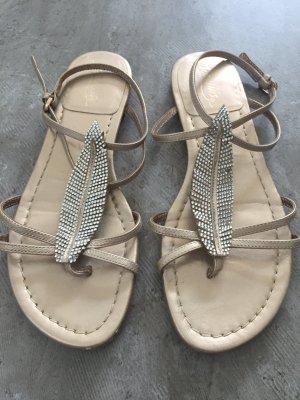 Sandale mit Feder und Strasssteinen