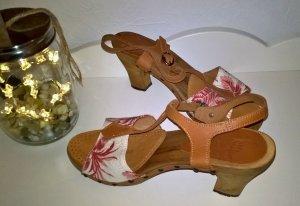Sandale mit Holzsohle und T-Steg