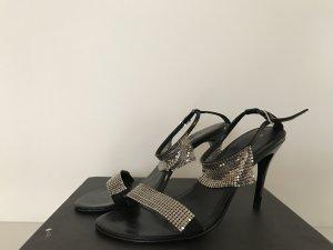 Sandale mit Metallapplikationen an den Riemchen