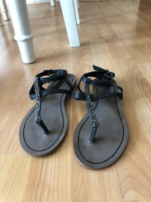 Akira Toe-Post sandals black