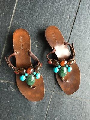 Sandalen flach von Miu Miu, mit traumhaften Steinen in Türkis, perfekter Sommer