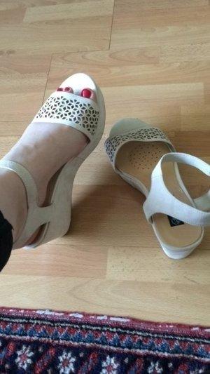 Sandalen in beige /weiß mit gemustertem Riemen