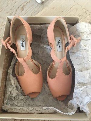 Sandalen in der Farbe Aprikose mit Absatz von Clarks