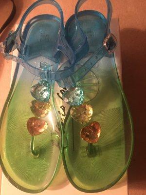Sandalen in Meeresfarben