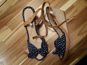 Sandalen Keilabsatz blau weiß gepunktet