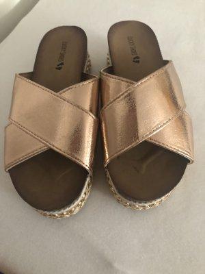 Sandalen mit Details am Absatz/Plateau