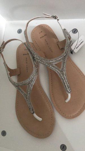 Sandalen mit Glitzersteinen besetzt