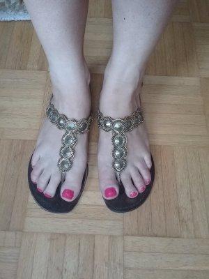 Sandalen mit Goldapplikationen