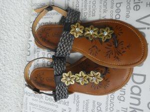 Sandalen mit goldenen Blumenapplikationen