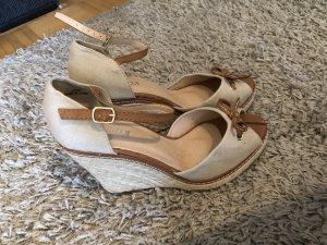 Sandalen mit Keilabsatz und Schleife