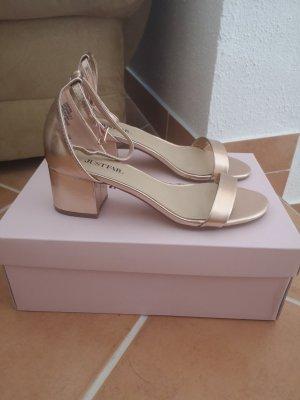 Sandalen mit kleinem Absatz