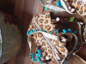 Sandalen mit Leoprint und Perlen