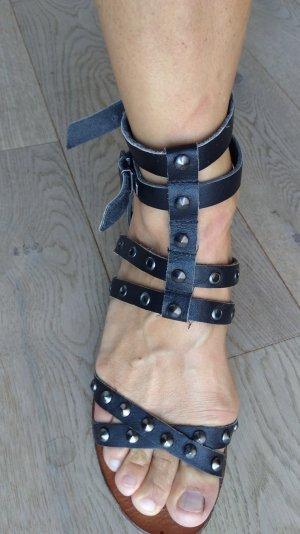 Sandalen mit Nieten schwarz Mango
