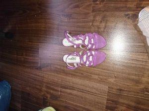 Sandalen mit Riemenverschluss.