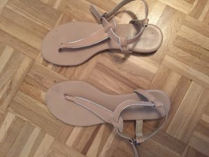 Sandalen / Zehentrenner in beige mit weiß