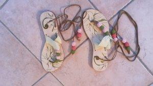 Sandalen zum Schnüren mit verpielten Bommeln