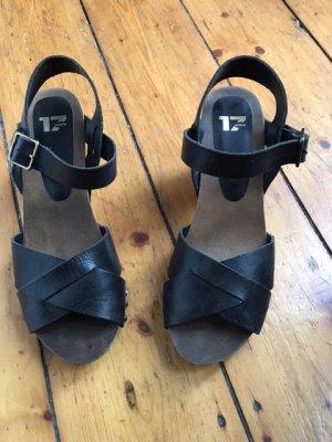 Sandalette mit Riehmchen, Absatz und Nieten, schwarz
