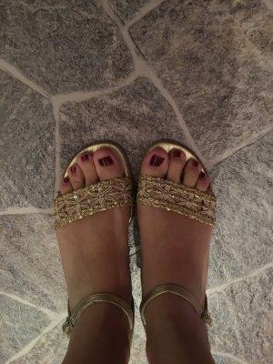 Sandaletten in Gold mit kleine Absatz