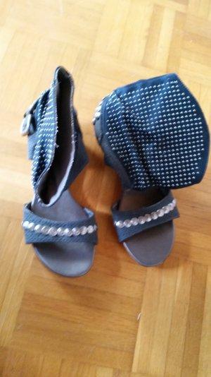 Sandaletten mit Breitem nietenrand