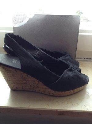 Sandaletten mit Keilabsatz in der Größe 37 von der Marke H&M in schwarz
