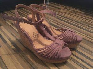 Sandaletten mit Keilabsatz / UNGETRAGEN