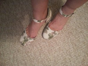 Sandallen Creme/weiß mit Blättermuster Gr. 41 von Graceland