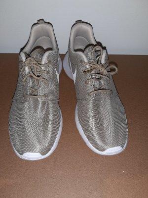 sandfarbende Nike's