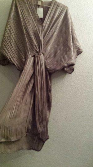 Sandfarbenes Kleid mit Fledermausärmeln