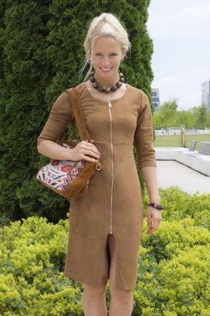 Sandfarbenes Kleid mit goldenem Reißverschluss